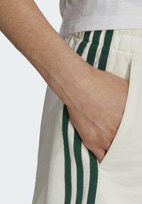 adidas Originals - TENNIS LUXE 3 STRIPES ORIGINALS SHORTS - Shorts - off white - 4