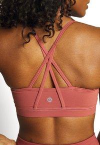 Cotton On Body - STITCHED TO PERFECTION CROP - Brassières de sport à maintien léger - chestnut - 4