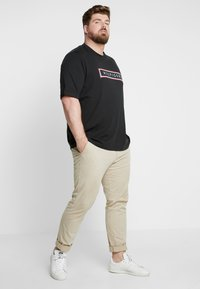 Tommy Hilfiger - CORP FRAME TEE - Print T-shirt - black - 1