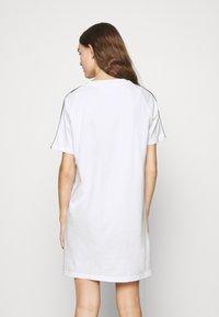 adidas Originals - STRIPES SPORTS INSPIRED REGULAR DRESS - Sukienka z dżerseju - white/multicolor - 2