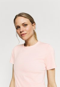Columbia - FIRWOOD CAMP - T-shirt med print - faux pink/white - 3