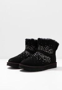 UGG - CLASSIC GALAXY BLING MINI - Boots à talons - black - 4