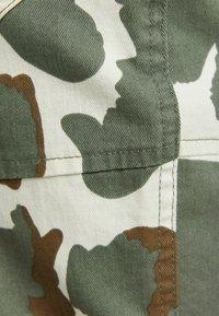 Bershka - MIT KETTE - Pantaloni cargo - dark green - 5