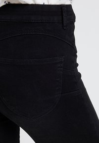 ONLY - ONLPEGGY PUSH UP ANKLE - Jeans Skinny Fit - black denim - 4