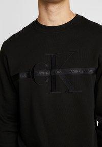 Calvin Klein Jeans - TAPING THROUGH MONOGRAM - Bluza - black - 4