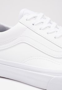 Vans - UA OLD SKOOL - Sneakersy niskie - classic tumble true white - 5