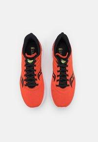 Saucony - KINVARA 12 - Neutrální běžecké boty - vizi/scarlet - 3