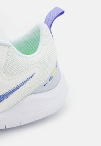Nike Performance - FLEX EXPERIENCE - Nøytrale løpesko - summit white/game royal/volt glow/purple pulse/pure violet/white - 5