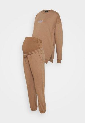 MAMA SWEATER AND 90'S JOGGER SET - Sweatshirt - brown