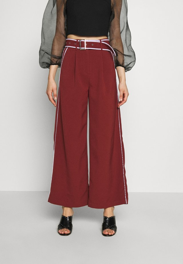 WIDE LEG TROUSER WITH CONTRAST PIPING - Spodnie materiałowe - burgundy