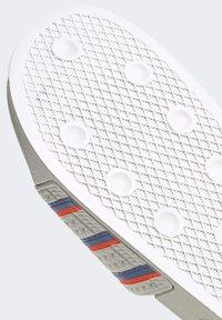 adidas Originals - ADILETTE SLIDES - Sandali da bagno - white - 6