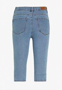 Vero Moda Petite - VMHOT SEVEN SLIT KNICKER - Denim shorts - light blue denim - 1