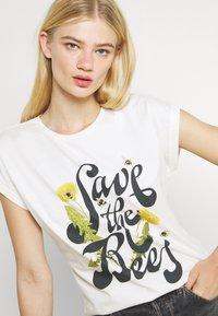 Dedicated - VISBY SAVE THE BEES - Triko spotiskem - offwhite - 3