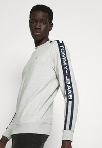 Tommy Jeans - BRANDED TAPE CREW - Mikina - grey - 4