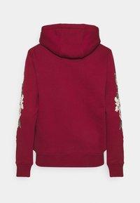 SIKSILK - FLORAL OVERHEAD HOODIE - Jersey con capucha - burgundy - 1