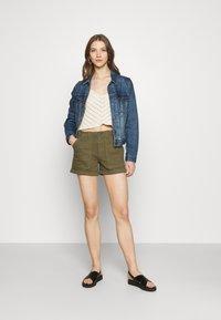 Vero Moda - Shorts - ivy green - 1