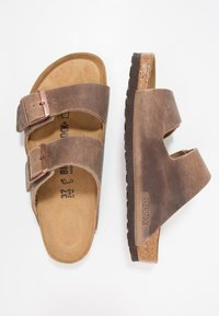 Birkenstock - ARIZONA - Kapcie - tabacco brown - 1