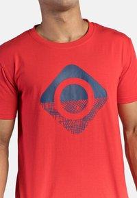 IZAS - GRANBY - T-shirt imprimé - red/bluemoon - 4