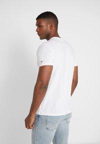 Tommy Jeans - LOGO TEE - Camiseta estampada - classic white - 2