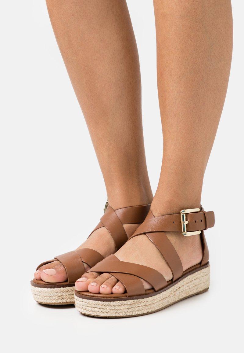 MICHAEL Michael Kors - DARBY - Platform sandals - luggage