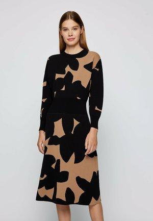 Stickad klänning - patterned