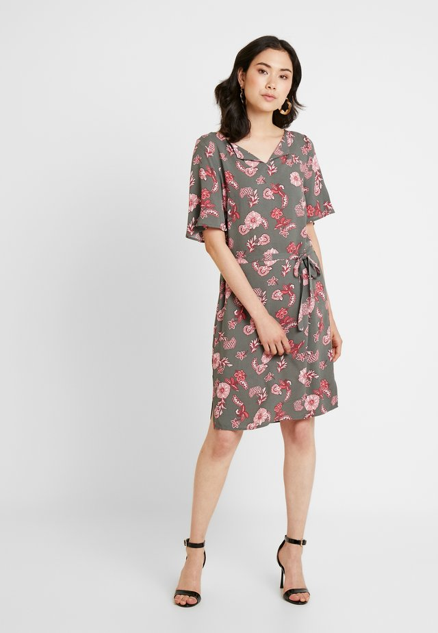 PRINTED DRESS - Korte jurk - olive khaki
