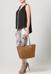 Buffalo - Bolso shopping - brown - 0