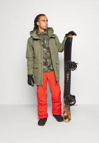 O'Neill - HAMMER SLIM PANTS - Zimní kalhoty - fiery red - 1