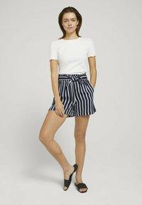TOM TAILOR DENIM - RELAXED - Shorts - navy white stripe - 1