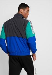 adidas Originals - Sportovní bunda - carbon/collegiate royal/bold green/white - 2