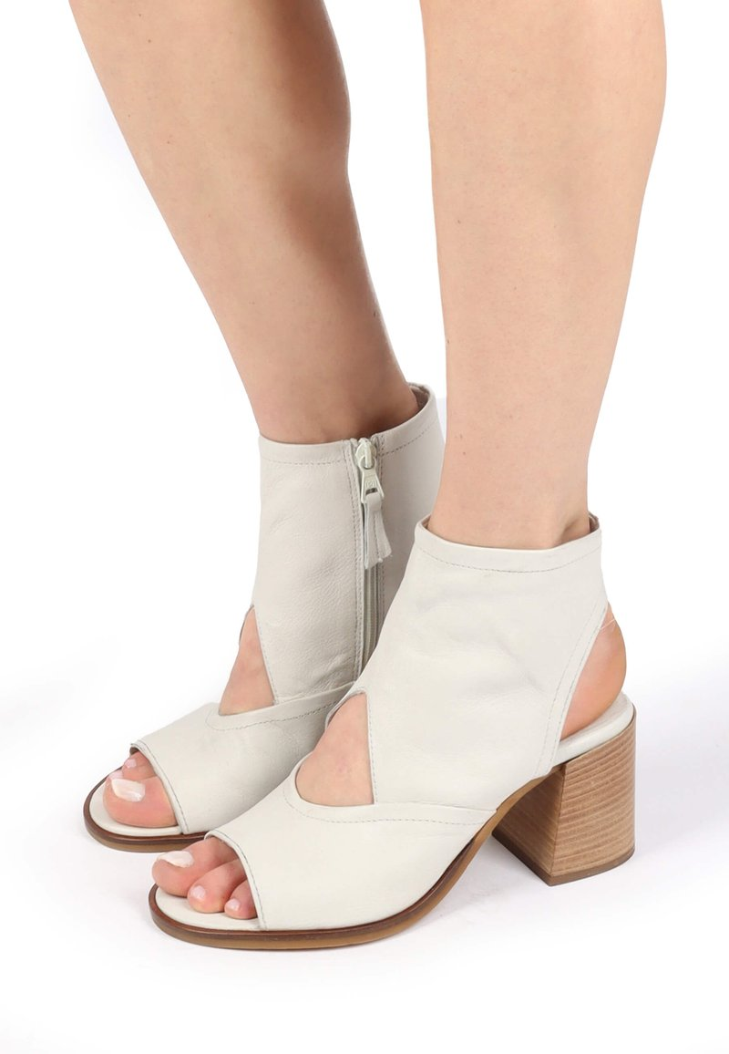 MJUS - Ankle cuff sandals - panna