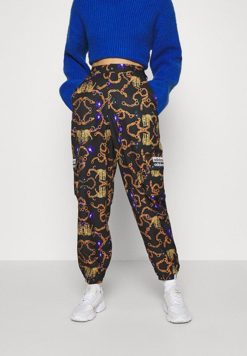 adidas Originals - GRAPHICS SPORTS INSPIRED LOOSE PANTS - Pantalon classique - multicolor