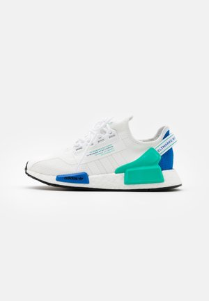 NMD_R1.V2 BOOST SPORTS INSPIRED SHOES UNISEX - Matalavartiset tennarit - footwear white/core black
