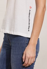 Odd Molly - DAPHNE - Print T-shirt - light chalk - 2