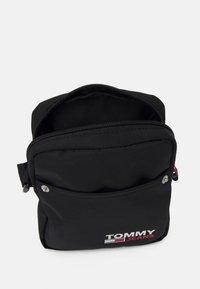 Tommy Jeans - CAMPUS REPORTER UNISEX - Taška spříčným popruhem - black - 2