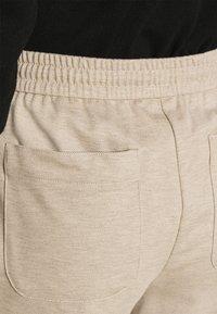 Opus - MELVY - Pantalon de survêtement - macadamia - 3
