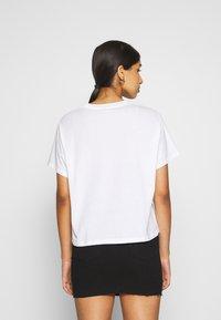 Levi's® - GRAPHIC VARSITY TEE - Camiseta estampada - neon/white - 2