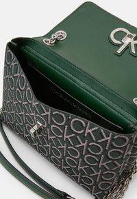 Calvin Klein - RE LOCK CROSSBODY - Sac bandoulière - green - 3