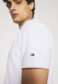 Tommy Hilfiger - FADE GRAPHIC CORP TEE - Triko spotiskem - white - 5