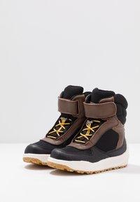 Woden - MALIK MIDCUT WATERPROOF - Stivali da neve  - brown/grey - 3