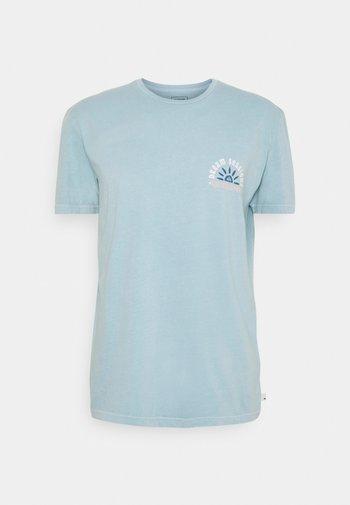 DREAM SESSIONS  - Print T-shirt - blue heaven