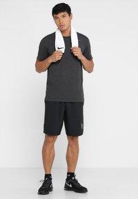 Nike Performance - T-shirts basic - black heather/metallic hematite - 1