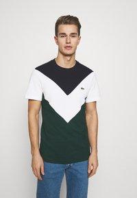 Lacoste - REGULAR FIT  - T-shirt imprimé - sinople/flour - 0
