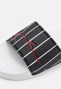 Karl Kani - SIGNATURE PINSTRIPE POOL SLIDES - Ciabattine - black/white - 5