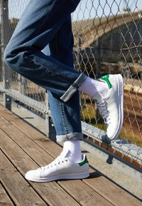 adidas Originals - STAN SMITH VEGAN SPORTS INSPIRED SHOES UNISEX - Trainers - footwear white/green - 2