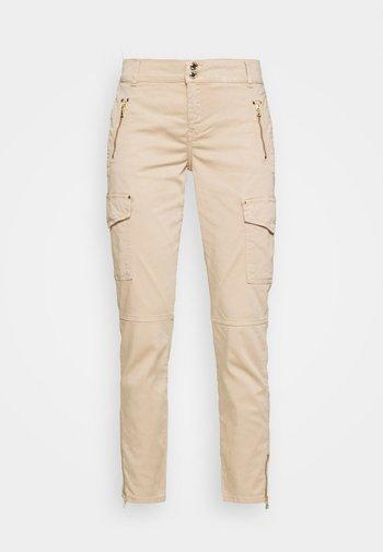 GILLES PANT - Cargo trousers - cuban sand