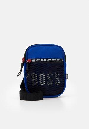 BAG - Taška spříčným popruhem - electric blue