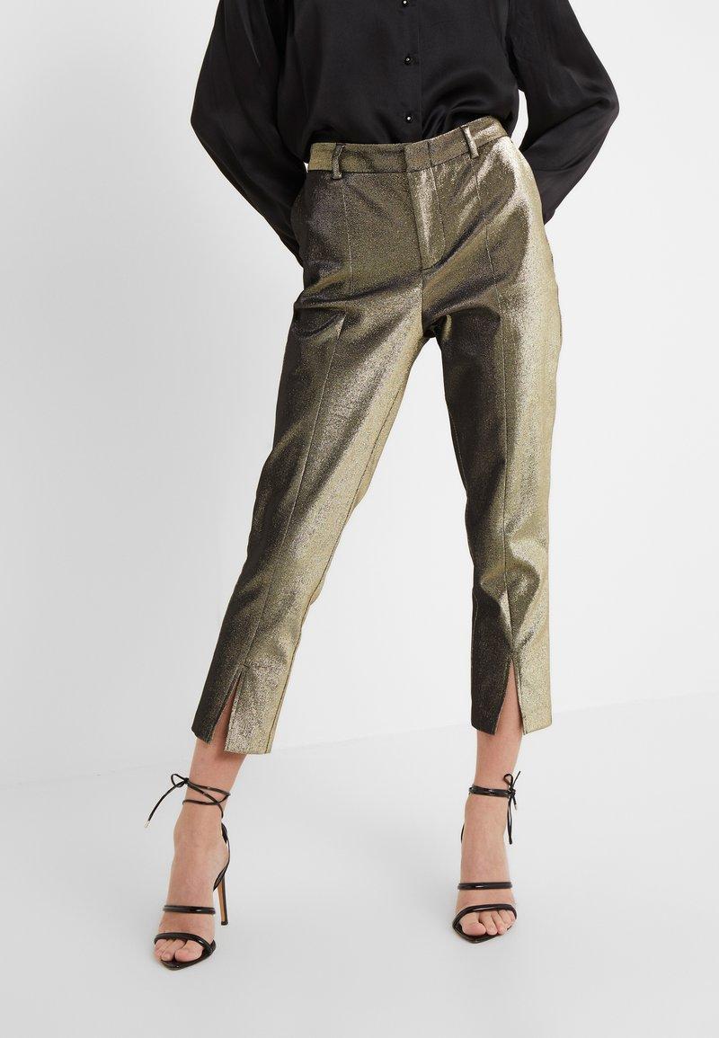 Allen Schwartz - ABBEY METALLIC CROPPED PANT - Pantalon classique - gold