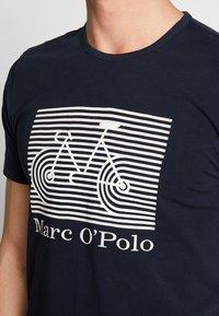 Marc O'Polo - SHORT SLEEVE ROUND NECK - Triko spotiskem - total eclipse - 4