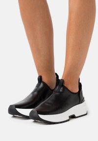 MICHAEL Michael Kors - COSMO STRETCH SLIP ON - Sneakers laag - black - 0